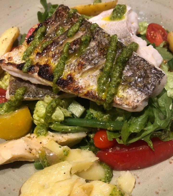 Kylesku Hotel Restaurant piatto di branzino al forno con verdure: peperoni, pomodori, fagiolini, patate e broccoli