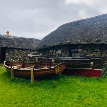 Isola di Skye: Skye Museum immagine delle vecchie abitazioni con tetto i paglia e delle imbarcazioni usate all'epoca