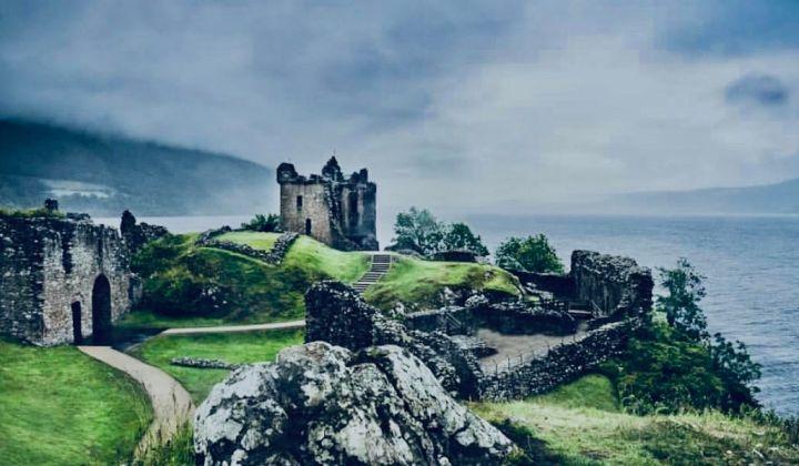 Loch Ness e Urquhart Castle, il castello in una giornata grigia, di foschia, alle spalle il lago
