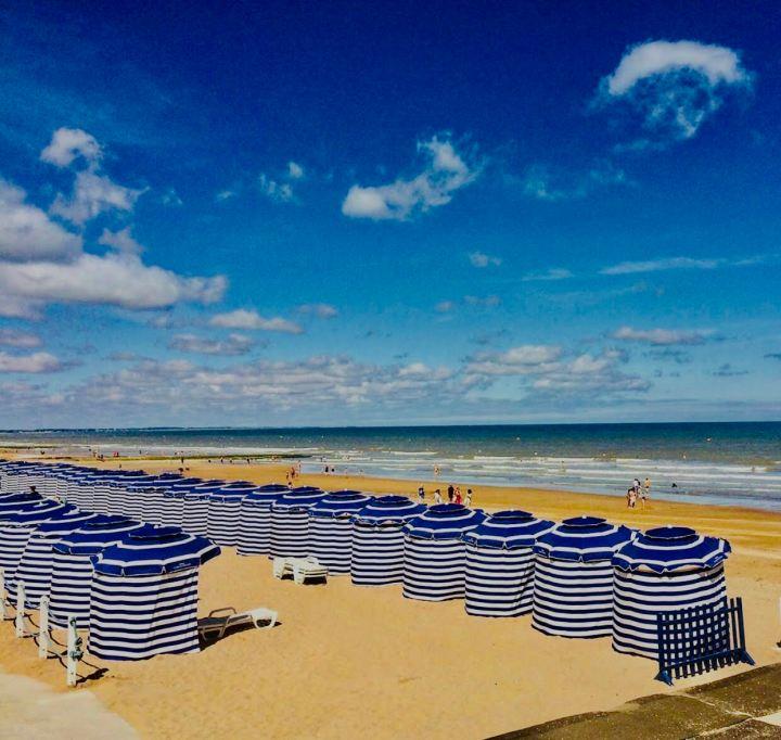 Cabourg, la spiaggia con gli ombrelloni a righe blu e bianche