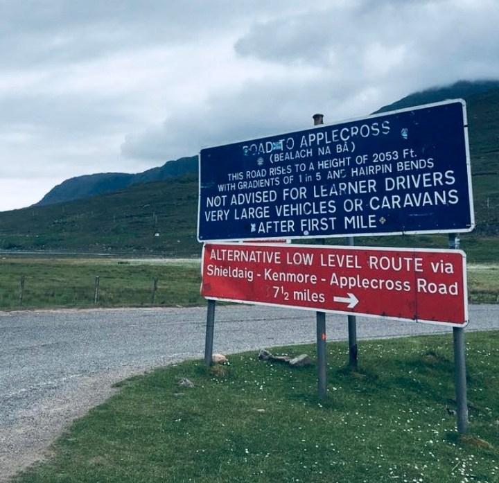 Il famoso cartello segnaletico blu e rosso che indica la Bealach Na Ba e le limitazioni della stessa