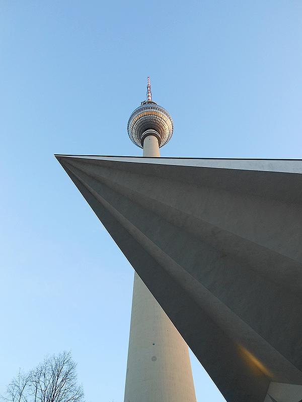 La Tour de la télévision vue d'en bas
