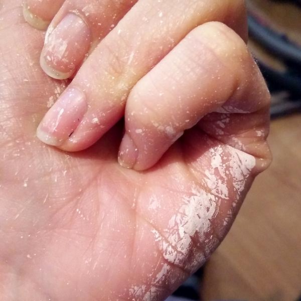 traces de peinture sur les doigts