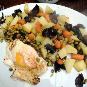 poêlée de légumes et oeuf sur le plat