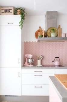 Décorer une petite cuisine rose.