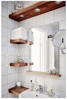 Etagères bois dans petite salle de bain