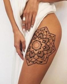 Idées tatouage cuisse femme motif géométrique