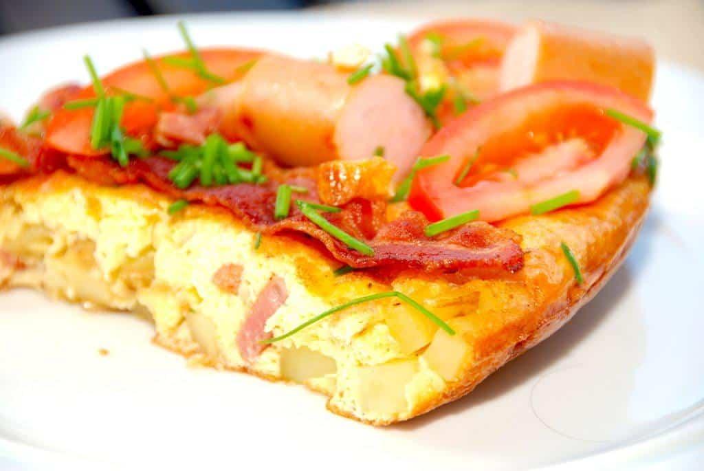 Kartoffelæggekage kan spises som den er, eller serveres med et stykke rugbrød. Foto: Madensverden.dk.
