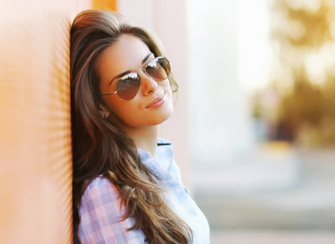 Summer fashion portrait pretty sensual woman in sunglasses posing in the city, street fashion