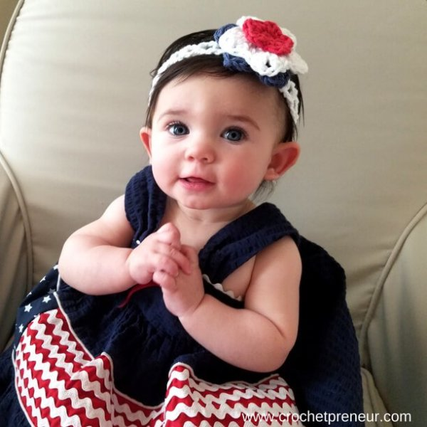 This free summer headband crochet pattern is so quick and easy and perfect for summer! #freecrochetpattern #summerheadband #crochetpattern #fourthofjulycrochet #4thofjulycrochet #starsandstripes #summercrochetpattern #babyheadbandcrochetpattern #babyheadband #headbandcrochetpattern