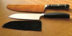 Die großen Messer haben maßgefertigte Hüllen.