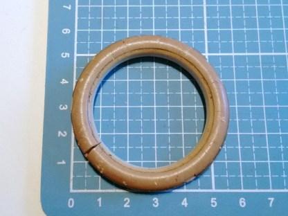 Der Gummiring hat ca. 40 mm Innendurchmesser und 57 mm Außendurchmesser.