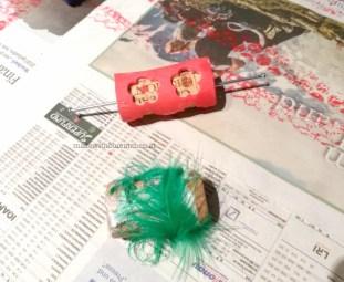 Moosgummi-Blümchen auf Korken, die Feder hab ich doch nicht ausprobiert.