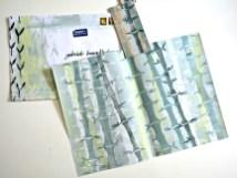 Ulrike hat einen graugrünen Bambuswald mit Moosgummi auf Nudelholz gedruckt: Ein ganz toller Effekt von mehreren Schichten übereinander - und das Kuvert noch dazu mit kalligraphisch beschriftet! Der Hammer.