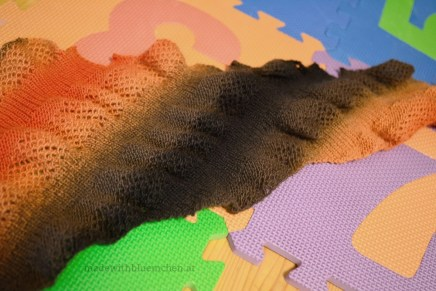Durch das Rippenmuster zieht sich das ungespannte Tuch zusammen.