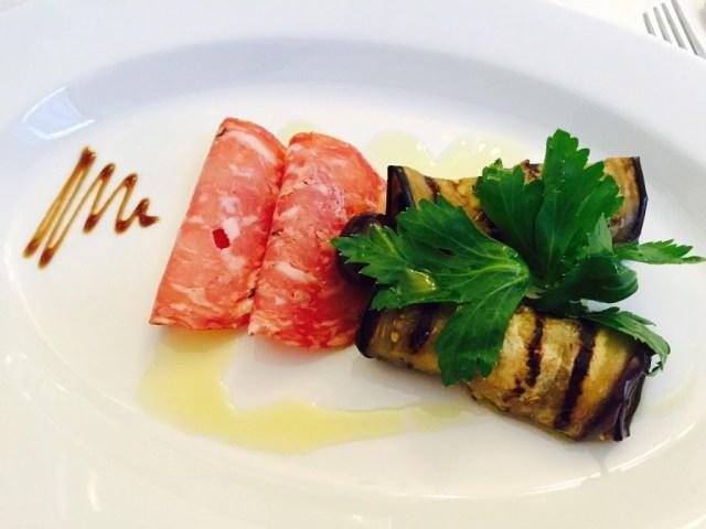 Grillede aubergine med mozzarella og pestocreme - Salami Napoli, olivenolie og balsamico creme.