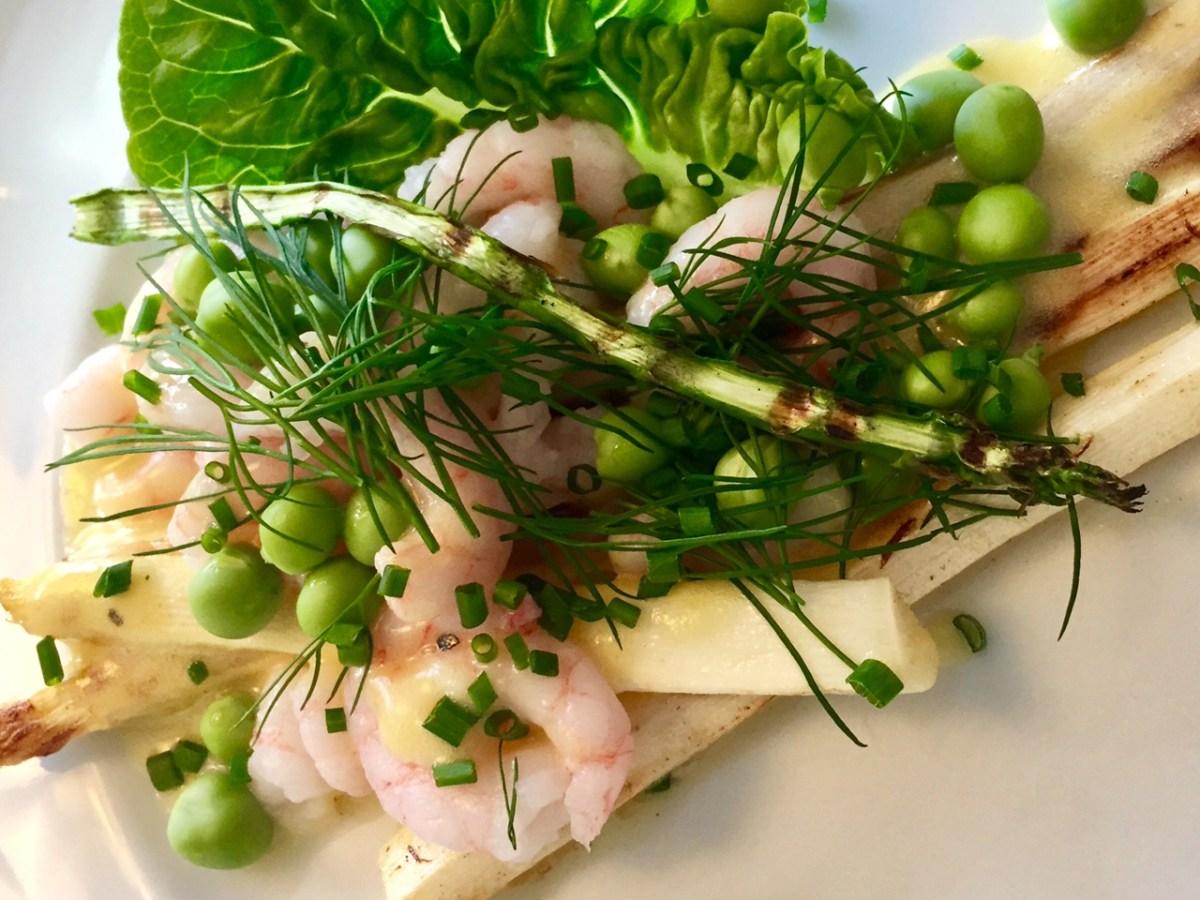 Hvide asparges med grønlandske rejer og hollandaisesauce
