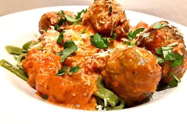 Lækre italienske kødboller i cremet tomatsauce