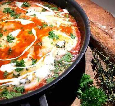 Pocheret æg i lækker italiensk tomatsauce