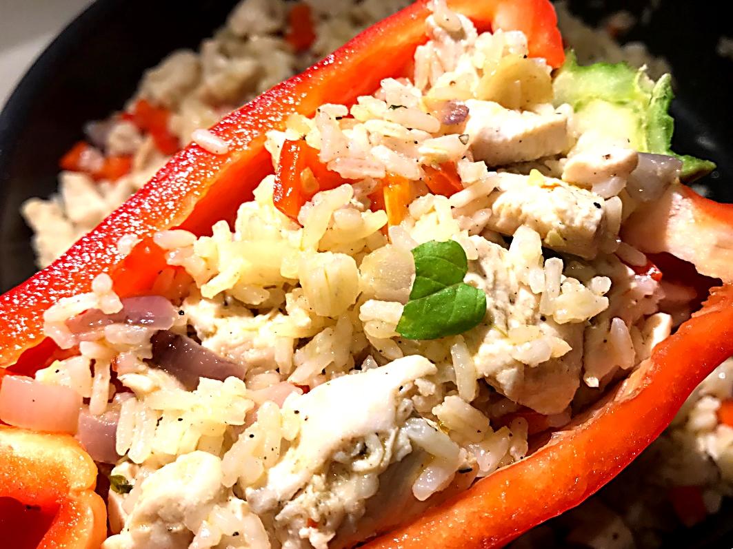 Fyldte peberfrugter med kylling, æg og stegte ris