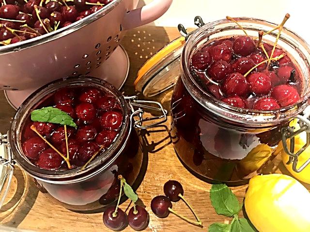 Hjemmelavet kirsebærsauce med mørk rom og portvin