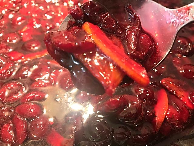 Flamberet hjemmelavet kirsebærmarmelade med appelsin og stjerneanis