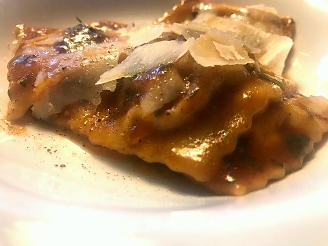 Ravioli med osso buco, salvie og citronskal