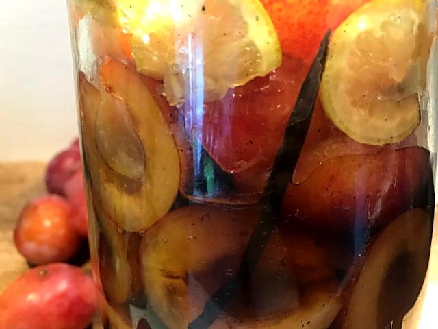 Syltede blommer i whiskey med vanilje og citronskiver