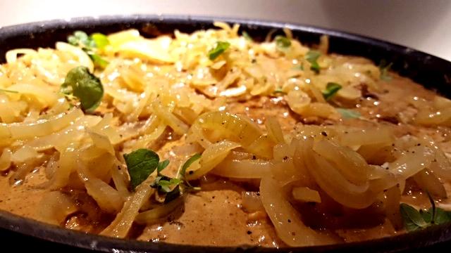 Mørbradbøffer i flødesauce med bløde løg og champignons