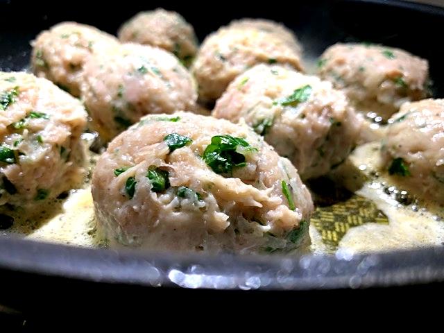 Kyllingefrikadeller med rucolasalat og citronskal