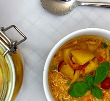 Sund asiatisk hønsekødssuppe med rød karry og kokosmælk