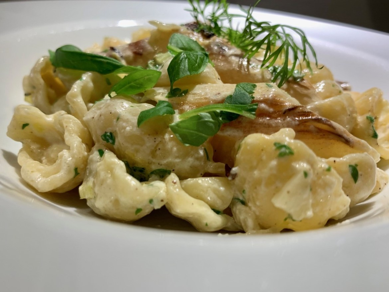 Pasta ala creme med friske hvide asparges