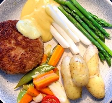 Karbonader med glaserede grøntsager og hollandaise