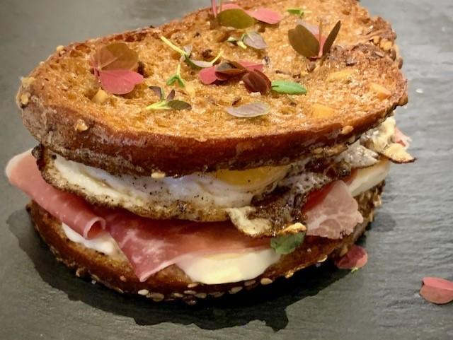 Morgenmadstoast med skinke, ost og spejlæg