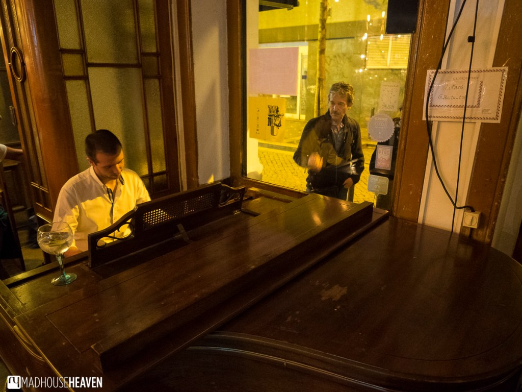 Live piano music at Galeria de Paris, Porto Where to Eat and Drink