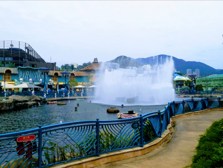 Fountain outside Aquarium, Oceans park.png