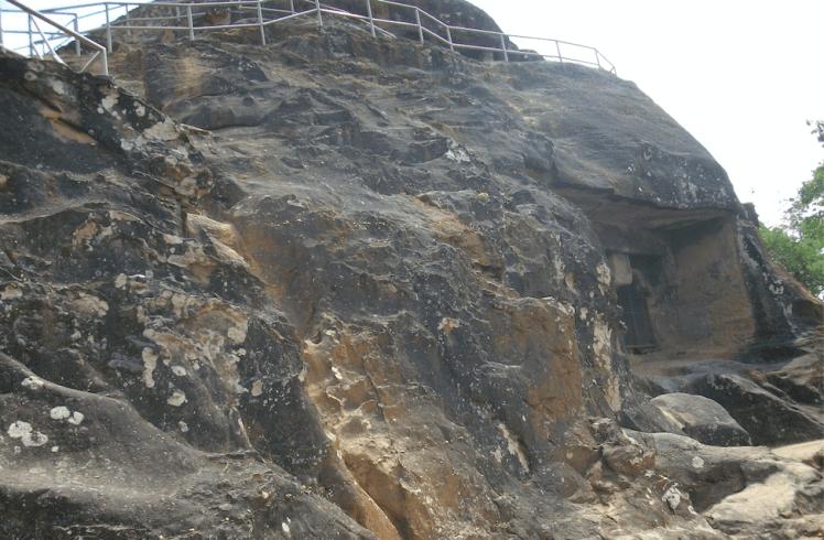 Pandava cave top,Panchmarhi.png