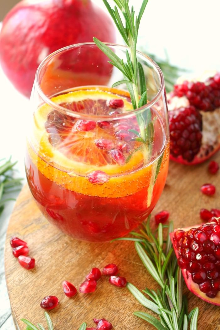 pomegranate-citrus-champagne-cocktail-delightfulemade-vert1