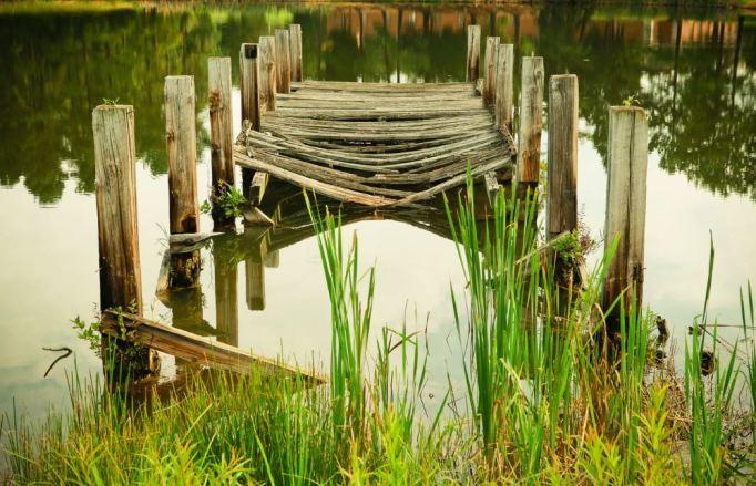 Fotografía de un viejo puente de madera desgastado y roto