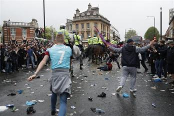 United team bus attacked by West Ham fans near Upton Park before match 3