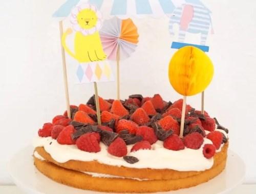 Lagkage med jordbær og hindbær
