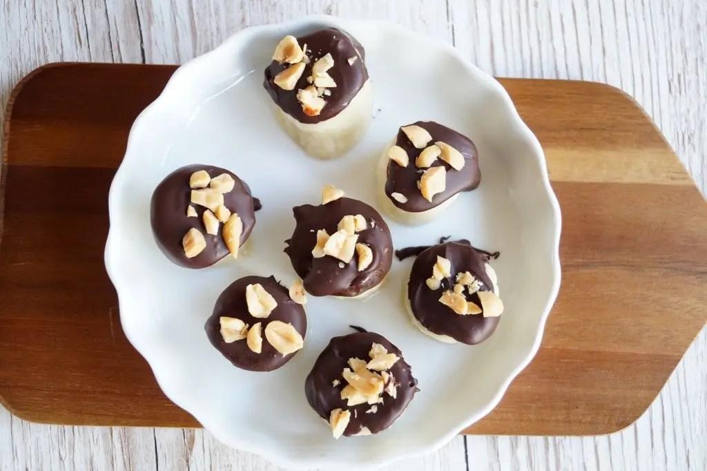 Frosne banan-bidder med chokolade og peanuts
