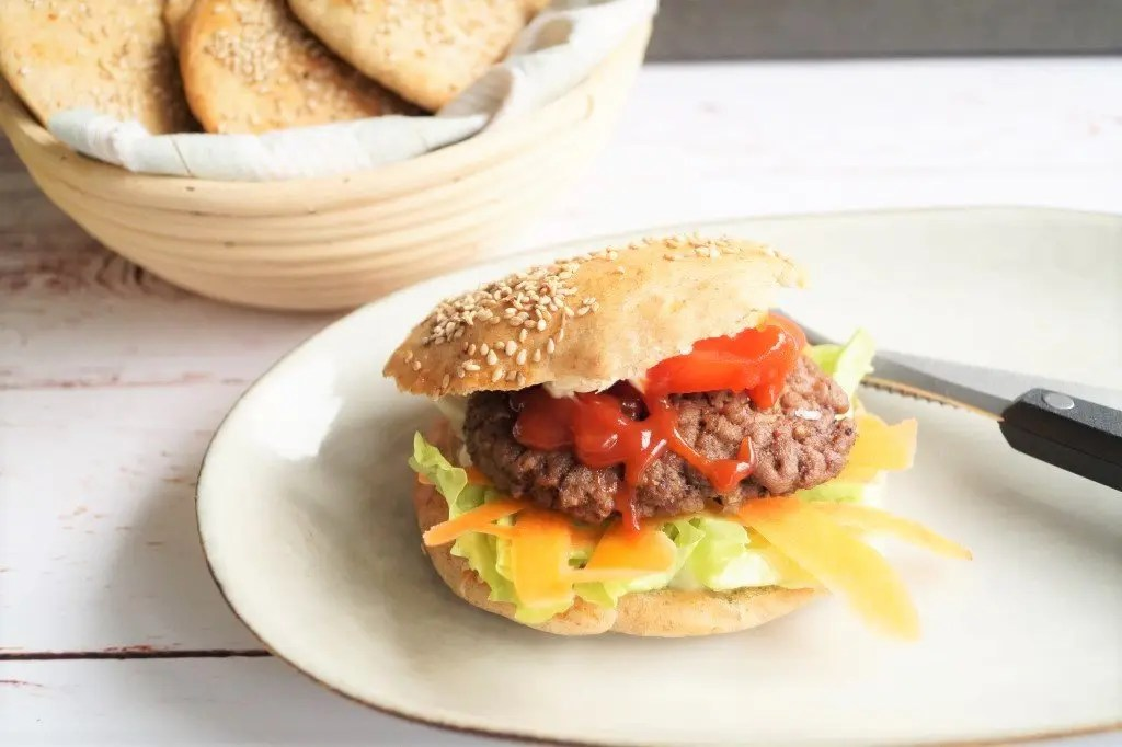 Flade burgerboller med rugmel
