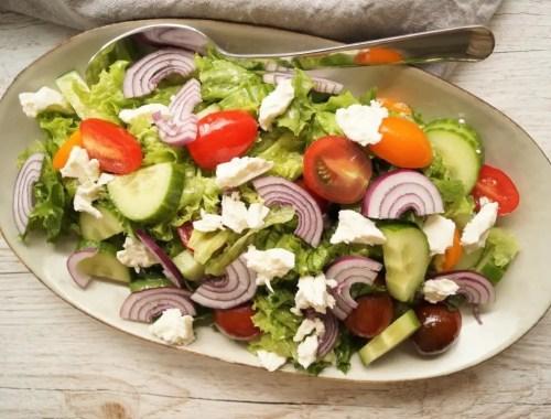 Salat med dressing og feta