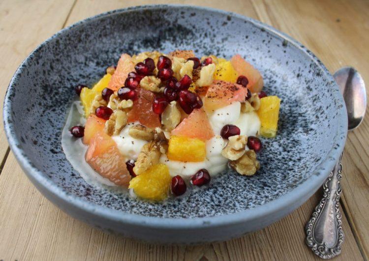 Skyr med grapefrugt, appelsin og valnødder - Mad med glød