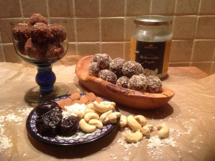 Sveske/nødde konfektkugler - Mad med glød