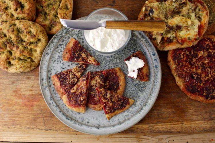 Enkel rustik pizza m/rødbede og foccacia m/ramsløgpesto - Mad med glød