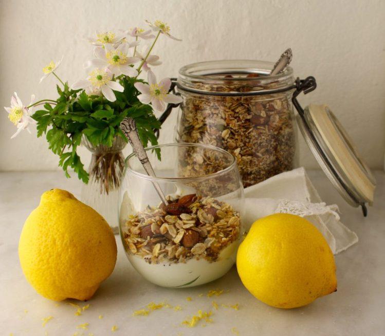 Granola med citronsaft og fintrevet citronskal - Vegansk opskrift - Mad med glød