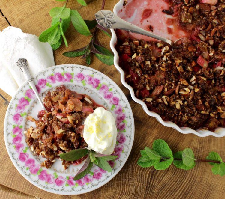 Rabarber rugbrødscrumble med mandler og mynte - Vegansk opskrift - Mad med glød