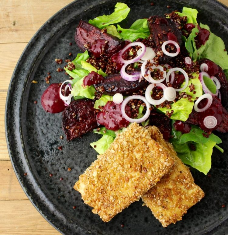 Boghvedepaneret marineret tofu, blandet grøn salat med bagte rødbeder, rød quinoa og kirsebærvinaigrette - Mad med glød